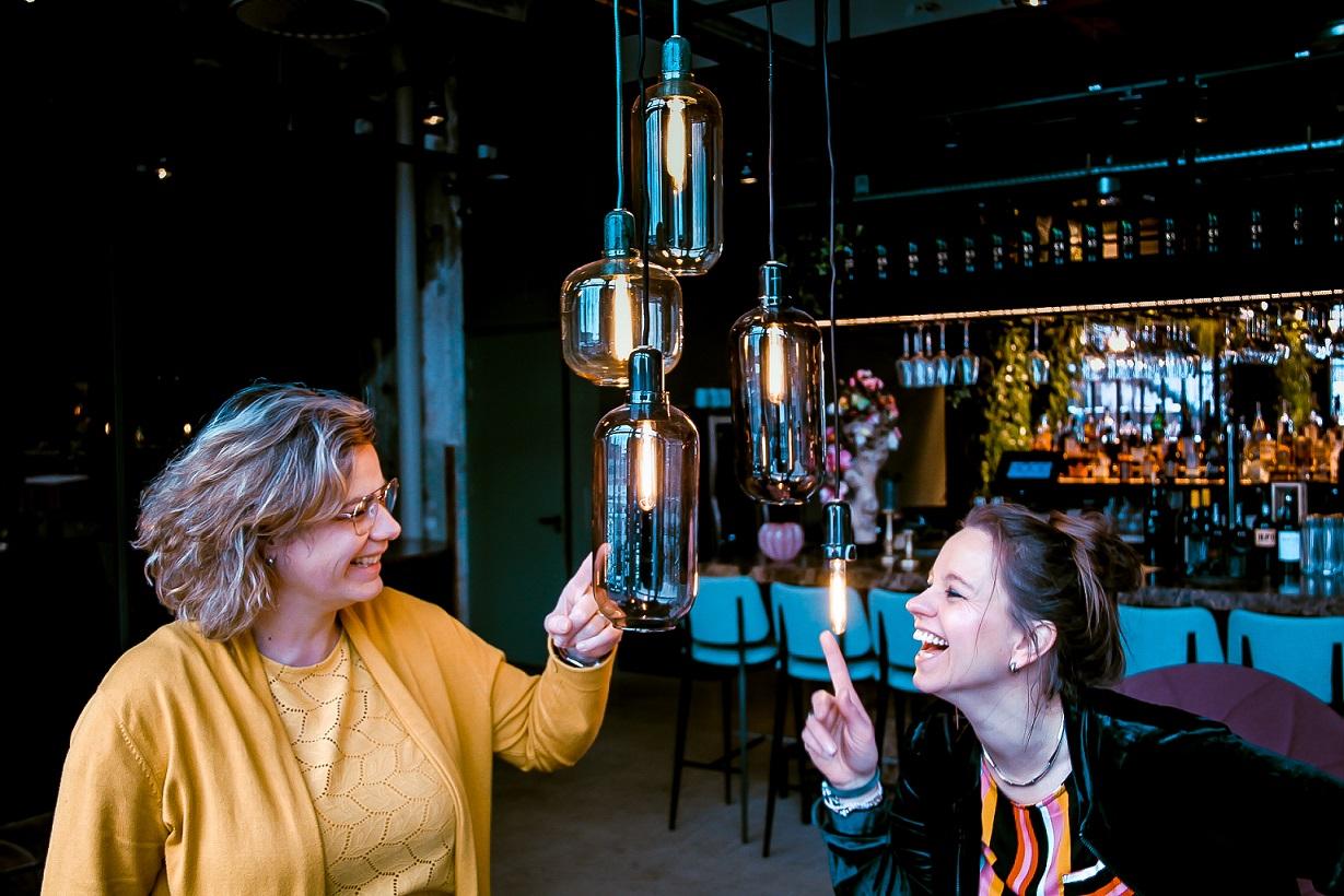 Sandra van der Linden en Marieke van Dijk, oprichters van onderwijsbureau modus AAN